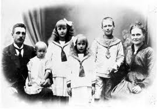 Photograph of Astrid Lindgren as a child, centre, with parents and siblings